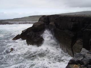 Schwarze Klippen an Irlands Westküste