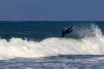 Сёрфинг — катание на волнах в Средиземном море на специальных лёгких досках.