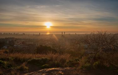 Vista panorámica de Barcelona amaneciendo
