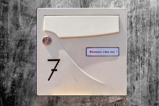 boîte aux lettres sur fond béton ciré