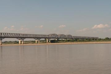 Puente largo cruzando un río de Myanmar