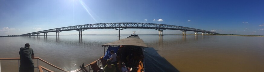 Vista panorámica con un barco navegando en un río de Myanmar