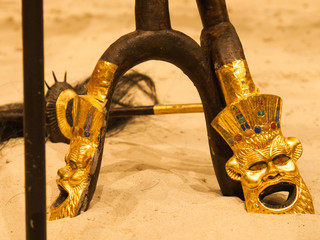 Ägyptische Masken als Verzierung