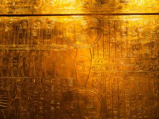 Ägyptische Schriftzeichen auf Goldplatte