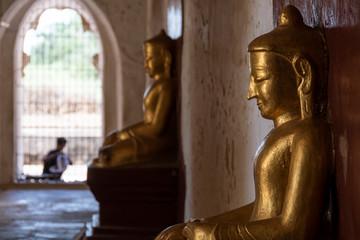 Pasillo con dos Budas en perspectiva. Bagan, Myanmar