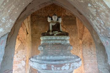 Escultura con tres Budas en el interior de un templo en Bagan. Myanmar