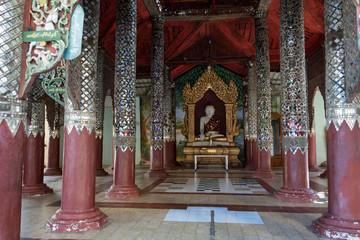 Templo con columnas decorada y al fondo un buda. Bagan, Myanmar