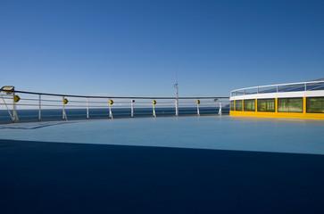 Leeres Sonnendeck auf Kreuzfahrtschiff