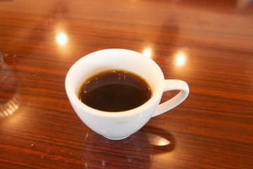 テーブルに置かれたコーヒー。