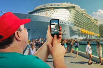 Man shoots cruise ship arrived at the port