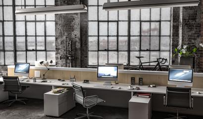 Großraumbüro in Industriehalle mit mehreren Arbeitsplätzen am Tag
