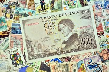 Billete antiguo de cien pesetas sobre fondo de sellos