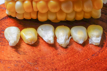 The steamed corn of the pearl corn is distinguished by the yellow and white kernels.