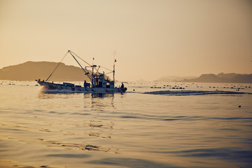 早朝に漁に出る漁船