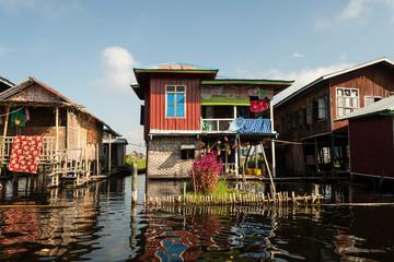 Poblado de casas de madera en palafito en el lago Inle. Myanmar
