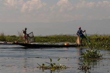 Pescadores pescando en barco en el Lago Inle, Myanmar