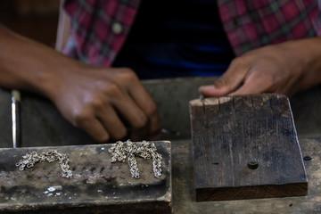 Trabajador de joyas de plata. Lago Inle, Myanmar