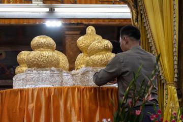 Reliquia dorada de Buda para ceremonia religiosa. Lago Inle, Myanmar