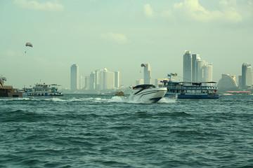 Boote vor der Küste von Pattaya Thailand