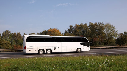 Busfahrt mit einem Reisebus im Sommer