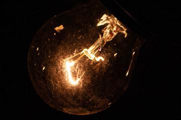 Leuchtende Glühbirne erhellt die Nacht mit gleißendem Wolframdraht (E27-Gewinde)
