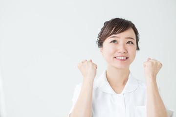白衣を着てガッツポーズする女性アップ