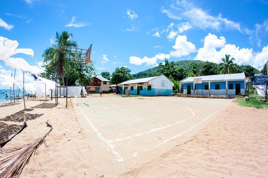 Schulhof mit Basketballplatz auf Nosy Komba eine Insel von Madagaskar