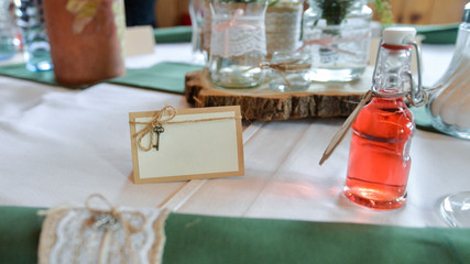 leeres Namenschild auf festlich geschmücktem Tisch