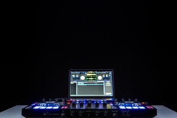 DJ Mischpult bunt beleuchtet mit Display. Copyspace oben