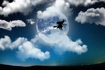 la befana in volo di notte con la luna di sfondo