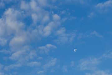 Mond und Wolken