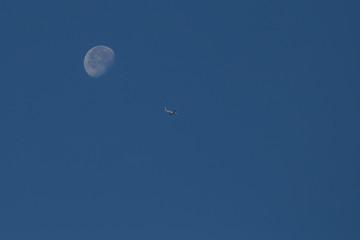 Mond und Flugzeug