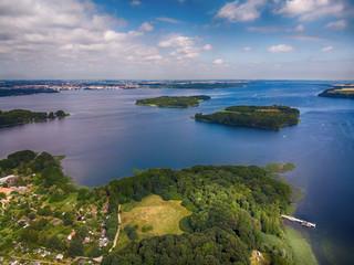 Poster de jardin Lavende einsame verlassene Inseln auf einem See, mecklenburische Seenplatte, Luftbild