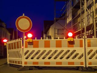 Beleuchtete Straßenabsperrung bei Dunkelheit