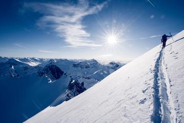 Gipfel in Norwegen mit Sonne und Wolken