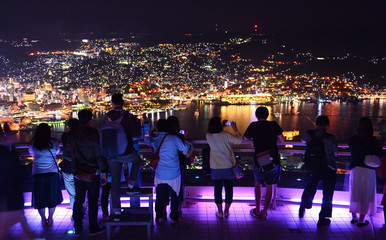 長崎の夜景を楽しむ人々