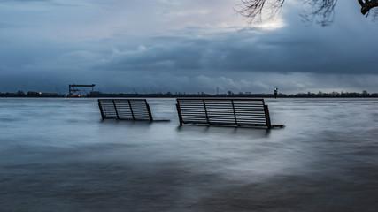 Hochwasser in Blankenese, Bank unter Wasser