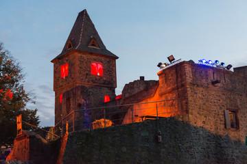 Beleuchteter Burgturm zu Halloween oder Burgfestspielen