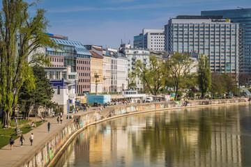 Donaukanal Promenade im Frühjahr in Wien, Österreich