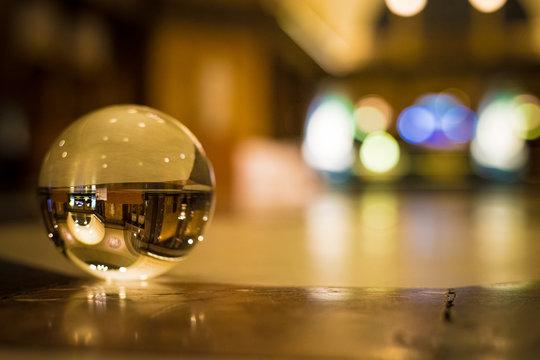 Glaskugel in einem Ballsaal