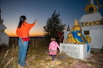 Gläubige Buddhistin bei einer religiösen Zeremonie