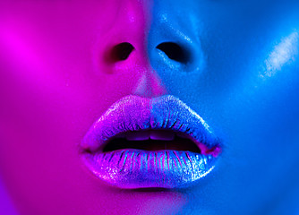 Foto op Plexiglas Fashion Lips Beautiful sexy girl, trendy glowing makeup, metallic silver lips. High fashion model woman in colorful bright neon lights posing in studio.