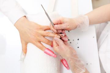 Obraz Usuwanie lakieru hybrydowego. Manicure, stylizacja paznokci. - fototapety do salonu