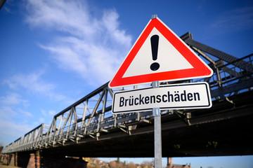 Warnschild vor Brückenschäden vor einer Brücke_1