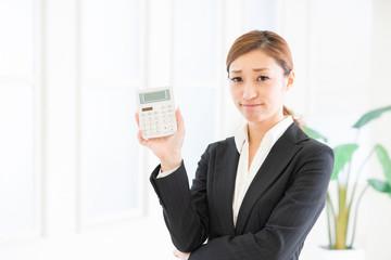 電卓を持つ女性 ビジネス 考える