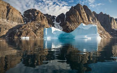 Photo sur Aluminium Arctique iceberg in front of fjords of Greenland