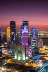 Das bunt beleuchtete City Center West Bay in Doha, Katar, nach Sonnenuntergang
