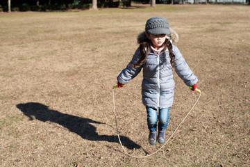 縄跳びをする女の子