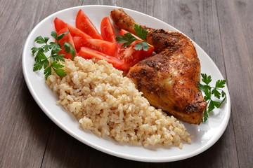 pieczone udko z kurczaka z ryżem i pomidorem