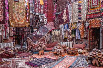 CAPPADOCIA, TÜRKEI - 29. OKTOBER 2018: In einem Teppichladen in Kappadokien werden farbenfrohe Teppiche und Teppiche orientiert Wall mural